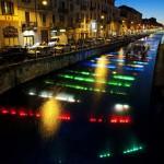 Naviglio illuminato da led arcobaleno